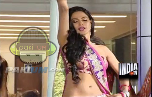 Veena Malik Sexy dance in Indian Reality show Big Toss