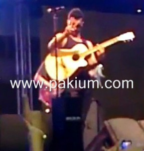 Atif Aslam making victory sign in expo center lahore concert