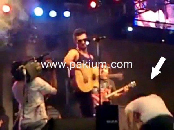 Atif Aslam pushes back the fan expo center lahore 25th june 2011