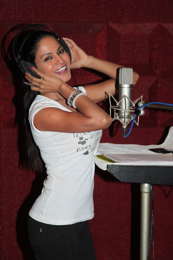 Veena-Malik-in-Daal-Mein-Kuch-Kala-Hai