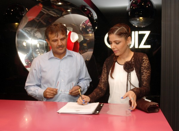 Hadiqa Kiani signing agreement with Quiz Clothing