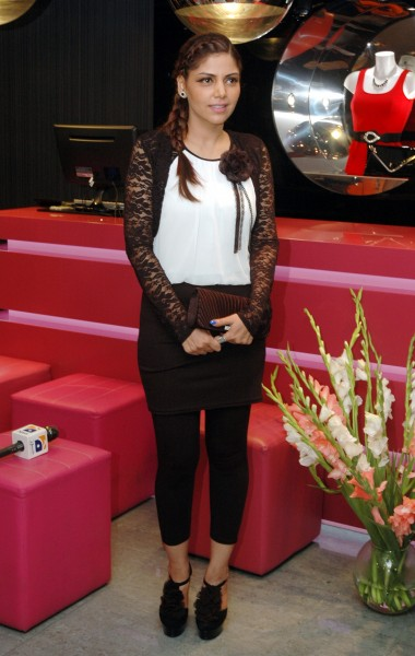 Hadiqa Kiani posses to Media at Quiz Clothing