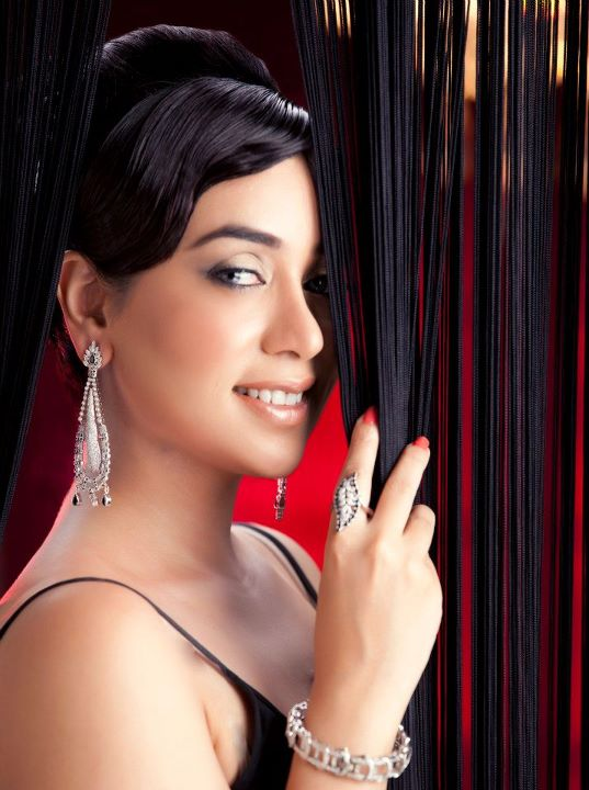 Singer Komal Rizvi Record Deal with HMV