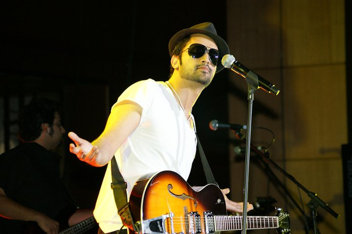 atif aslam singing be intehaan song