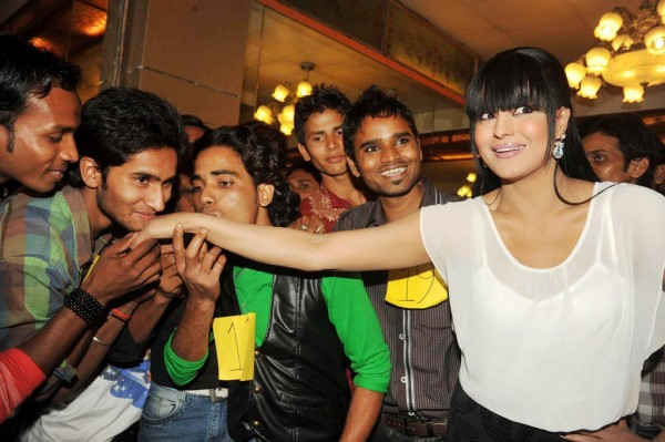 Veena Malik recieved 137 kisses on her hand - 9