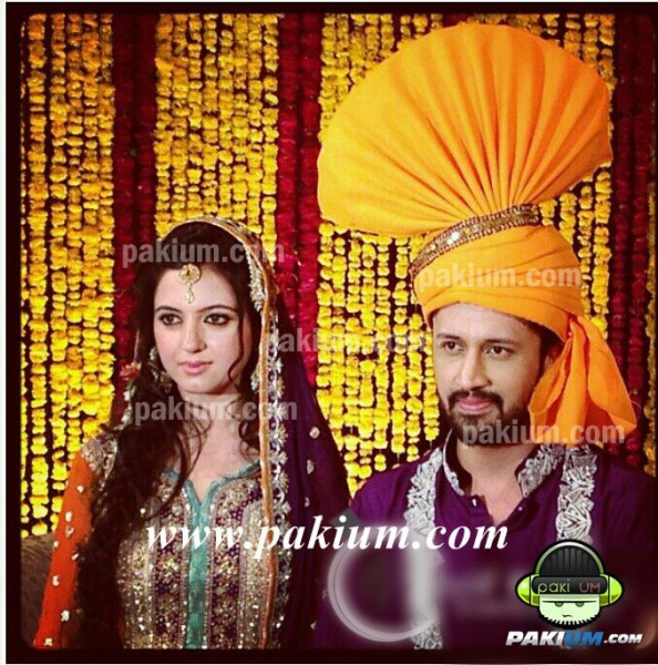 atif aslam sara bharwana faces look at Mehndi
