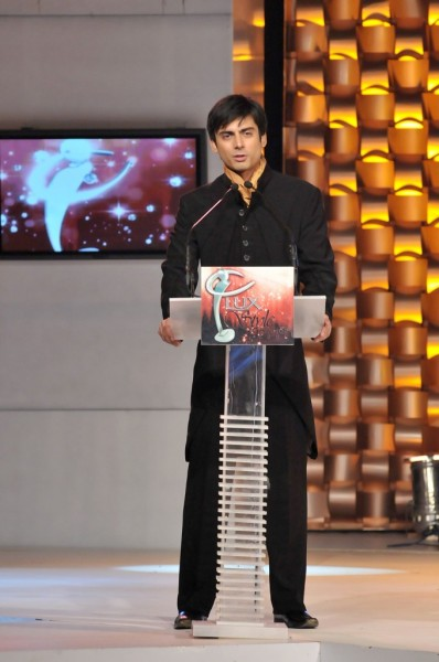 Fawad-Khan-Hosting-the-lux-style-awards