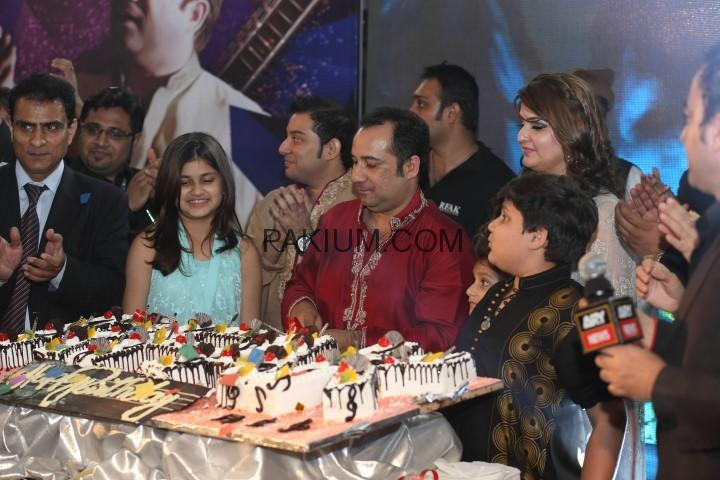 Rahat-fateh-ali-khans-Birthday-Celebrations-on-stage (5)