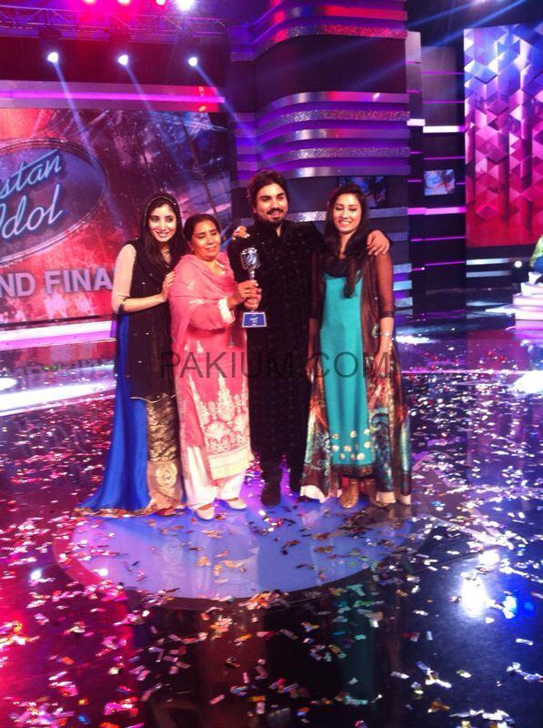 Zamad-Baig-with-First-Pakistan-Idol-Trophy (2)