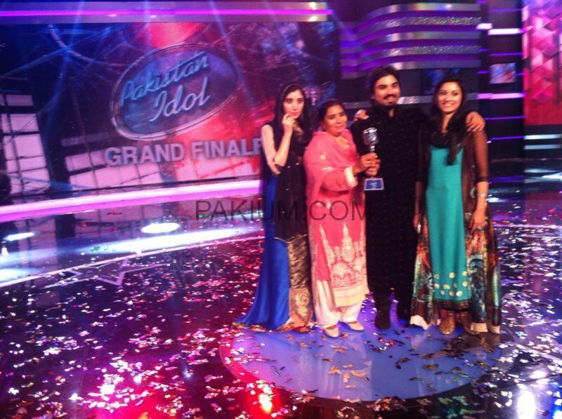 Zamad-Baig-with-First-Pakistan-Idol-Trophy (3)