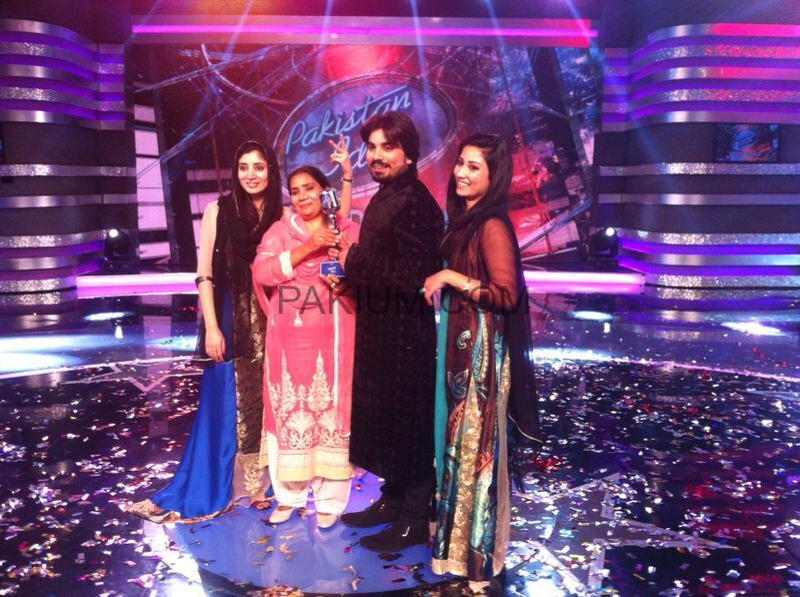 Zamad-Baig-with-First-Pakistan-Idol-Trophy (4)