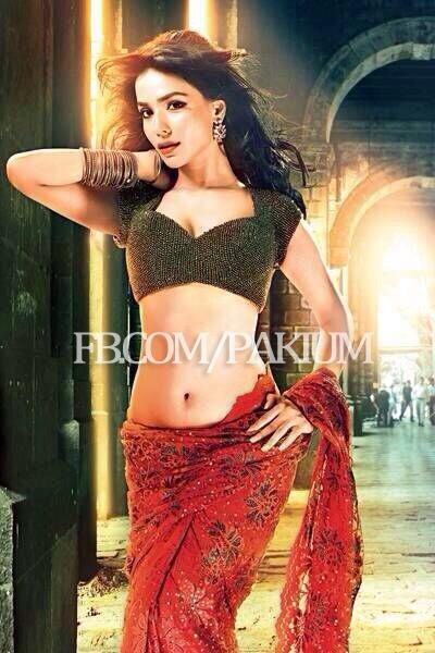 humaima malik turns sexy sari