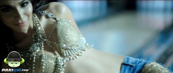 humaima-malick-emraan-hashmi-flip-your-collar-back-ost-raja-natwarlal (4)
