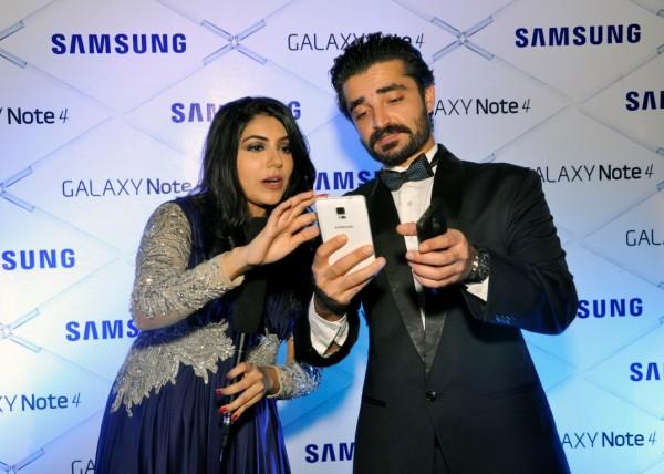 Hamza-Abbaso-Zinnia-Bukhari-Samsung-Launch-Event