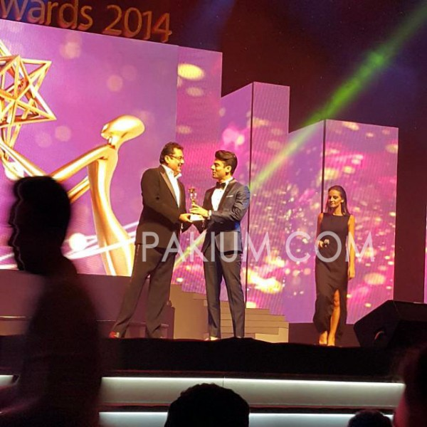 fawad-khan-receiving-best-bollywood-award