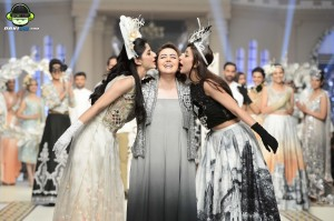 Urwa and Mawra kissing Maria B at Bridal Couture Week