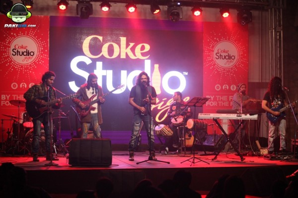 jimmy-khanasrar-and-sara-haider-perform-in-coke-studio-gigs-2015 (11)