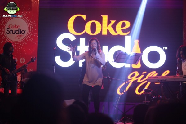 jimmy-khanasrar-and-sara-haider-perform-in-coke-studio-gigs-2015 (7)