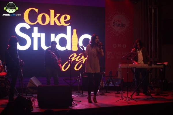 jimmy-khanasrar-and-sara-haider-perform-in-coke-studio-gigs-2015 (9)