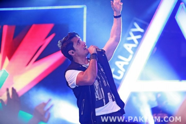 farhad-humayun-and-ali-zafar-ft-in-samsung-a-series-tour-at-lahore (5)