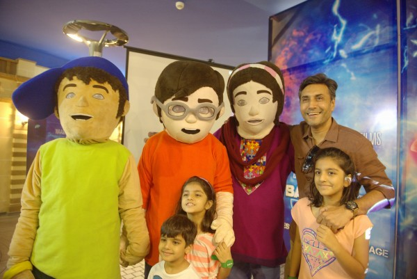 Adnan Siddiqui and his kids with 3 Bahadur Mascots (1)