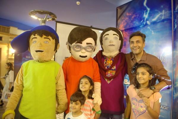 Adnan Siddiqui and his kids with 3 Bahadur Mascots (2)