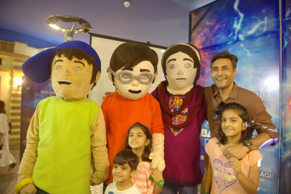 Adnan Siddiqui and his kids with 3 Bahadur Mascots (3)